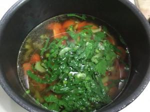 薬膳スープを煮込む