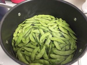 枝豆を茹でる